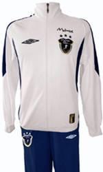 Esse conjunto contém a blusa e a calça na cor branca e azul marinho. O tecido é 100% poliéster.