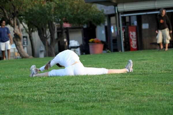 Alongamento solitário no gramado. (tonydude919/flickr)