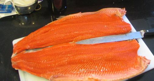 Filé de salmão sendo preparado. (foto: thomas pix)