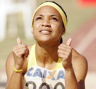 Keila Costa comemora após o recorde sul-americano em São Paulo. (Wander Roberto de Oliveira/CBAt)