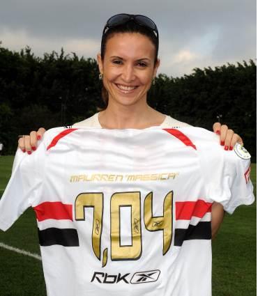 Maurren Maggi apresenta sua nova camisa do São Paulo FC. (reprodução/site SPFC)