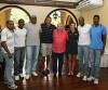 Roberto Gesta em foto com atletas medalhistas olímpicos brasileiros. (Sérgio Oliveira/CBAt)